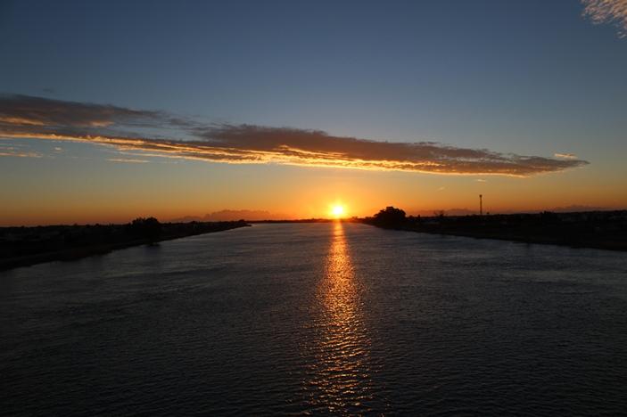 El sol surt sobre el riu Ebre